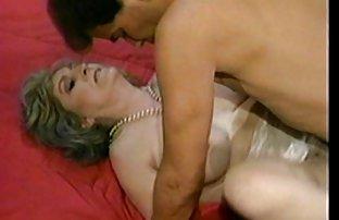 两个拉丁裔拿着牛奶蹲在浴室里, 成熟 免费性别的视频 吸着那个家伙的阴茎